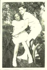 Suzanne et Jacques en 1939 au bois de Vincennes ?